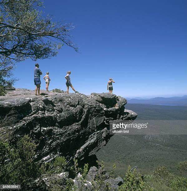 Touristen auf einem Felsvorsprung der Felsformation The Balconies 2000