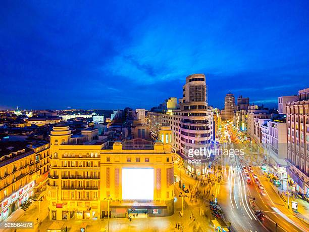gran vía, en madrid, españa por la noche - gran via madrid fotografías e imágenes de stock