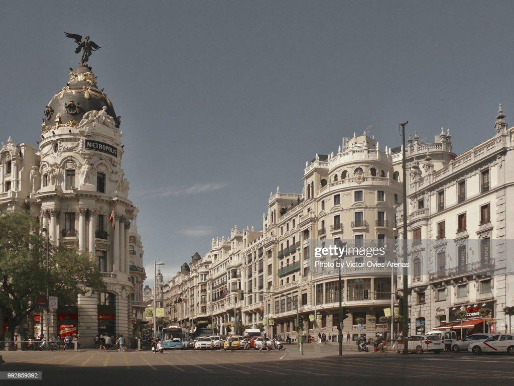 Gran Via street and Alcala street intersection in Madrid, Spain : Foto de stock