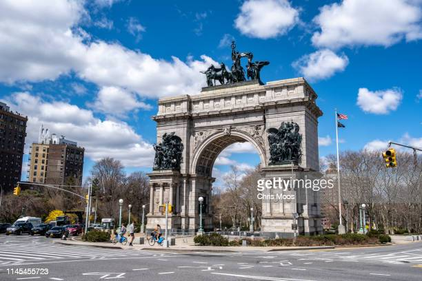 grand army plaza archway in brooklyn, new york beside prospect park - プロスペクト公園 ストックフォトと画像