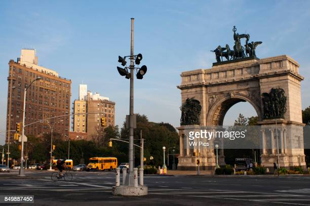 Grand Army Plaza NYC Grand Army Plaza comprises the northern corner and the main entrance of Prospect Park in the borough of Brooklyn New York City...