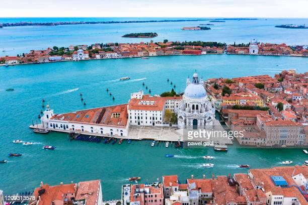 ヴェネツィアイタリアの大運河空中写真 - プンタデラドガーナ ストックフォトと画像