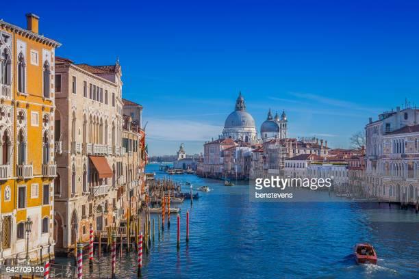 canal grande von santa maria della salute in venedig, italien - canale grande venedig stock-fotos und bilder
