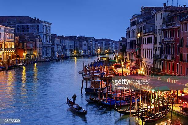 grand canal in venedig in die blaue stunde mit der gondel - canale grande venedig stock-fotos und bilder
