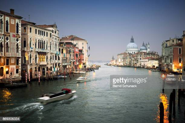 grand canal with water taxi during blue hour - bernd schunack stock-fotos und bilder