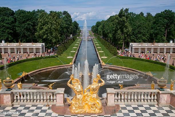 grand cascade fountains at peterhof palace - groot paleis peterhof stockfoto's en -beelden
