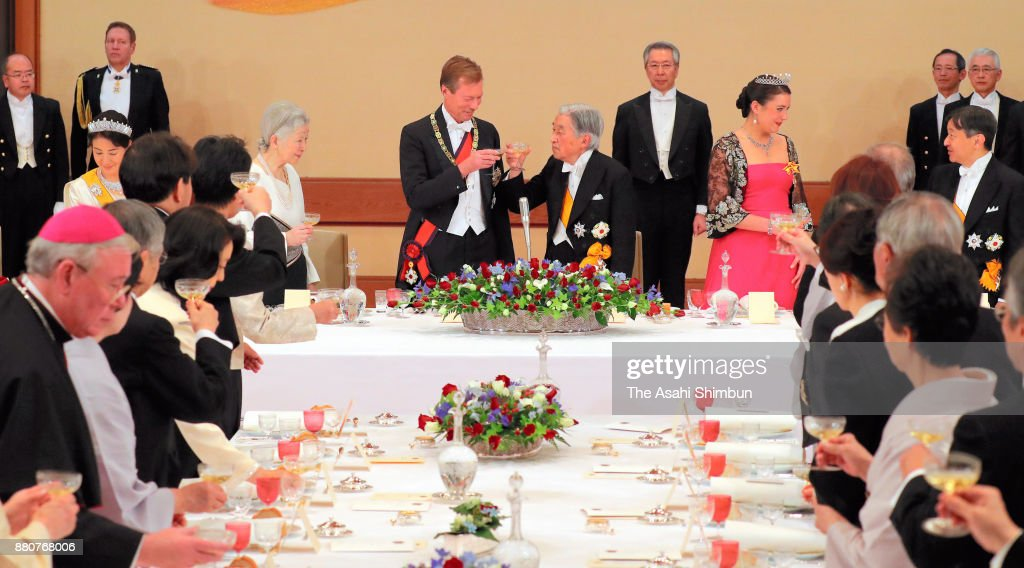Grand Duke Henri of Luxembourg, his daughter Princess Alexandra of Luxembourg toast glasses with Emperor Akihito and Empress Michiko during the state dinner at the Imperial Palace on November 27, 2017 in Tokyo, Japan.