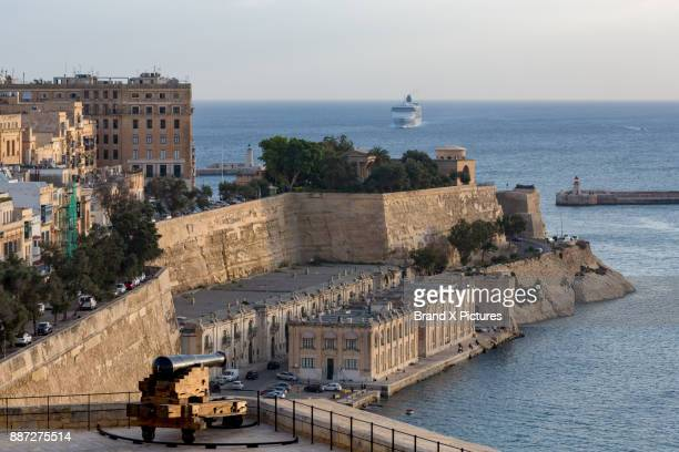grand harbour, valletta - valletta stock pictures, royalty-free photos & images