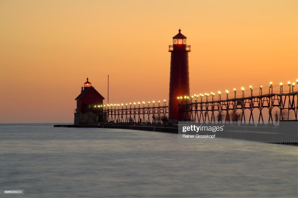 Grand Haven Pier Lighthouse (1905) on Lake Michigan at sunset : Stock-Foto