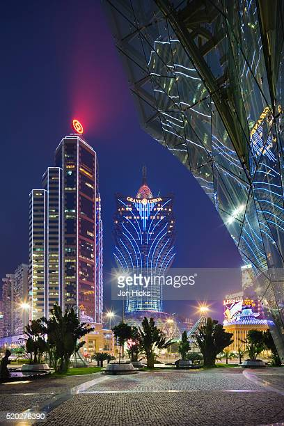 grand lisboa casino at dusk. - macao stock pictures, royalty-free photos & images