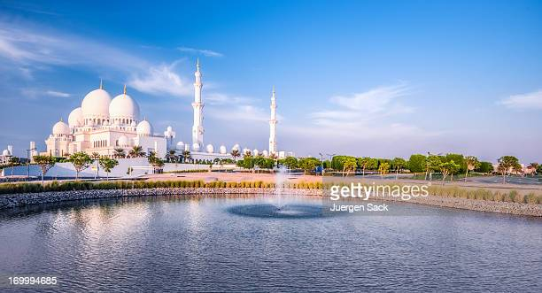 grand mosque in abu dhabi - abu dhabi stock pictures, royalty-free photos & images