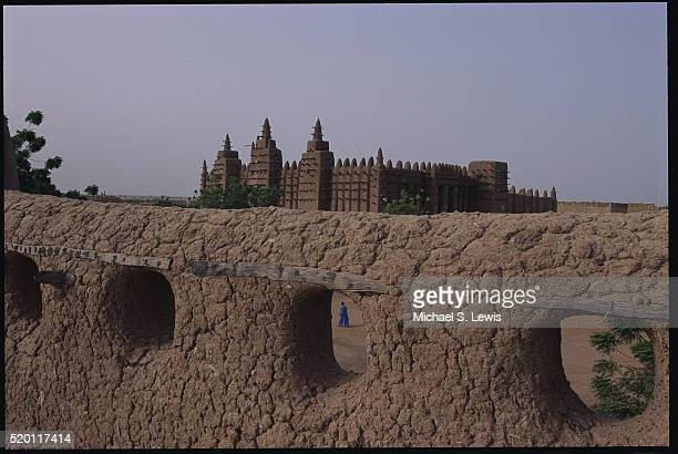 grand mosque of djenne behind adobe wall - djenne grand mosque stock pictures, royalty-free photos & images