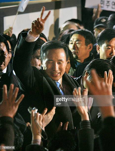 Grand National Party presidential candidate Lee MyungBak waves to supporters outside GNP party headquarters in Seoul 19 December 2007 following his...