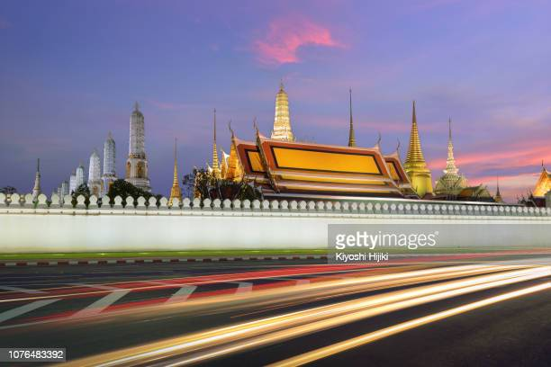 grand palace and wat phra keaw at night,bangkok,thailand. - wat pho stock pictures, royalty-free photos & images