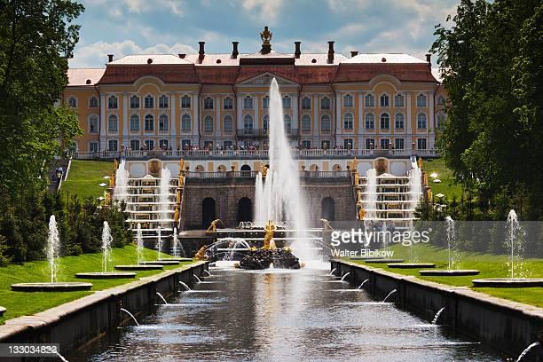 grand palace - groot paleis peterhof stockfoto's en -beelden