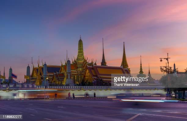 grand palace, wat pra kaew with blue sky, bangkok, thailand - provinz chonburi stock-fotos und bilder