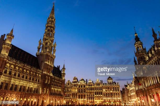 grand place en town hall's nachts, brussel, belgië - grote markt brussel stockfoto's en -beelden