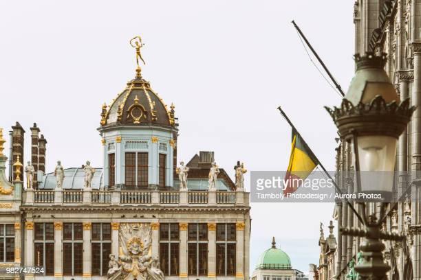 grand place, brussels, belgium - drapeau belge photos et images de collection