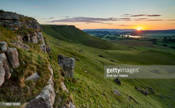 a grand sunrise peeks out over the natural beauty of cobham nature reserve, ukhahlamba drakensberg park, kwazulu-natal, south africa - サリー州 ストックフォトと画像