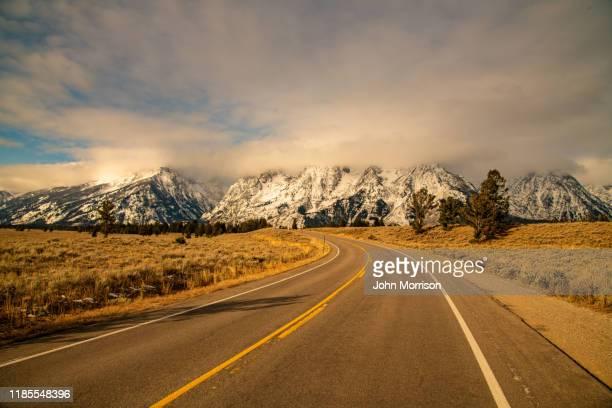 グランドティトン国立公園は、ドライブ間の高速道路上のピーク - グランドティトン国立公園 ストックフォトと画像