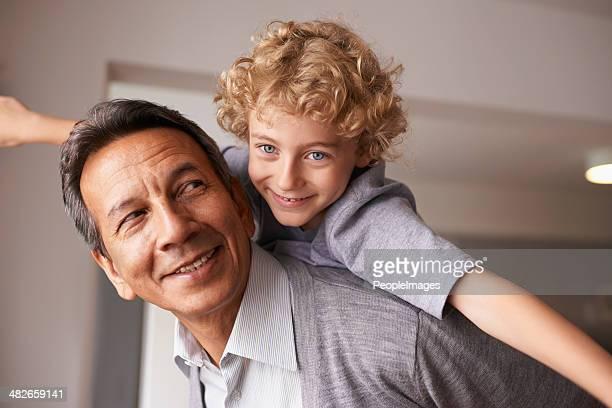 nipoti è una benedizione. - portare a cavalluccio foto e immagini stock