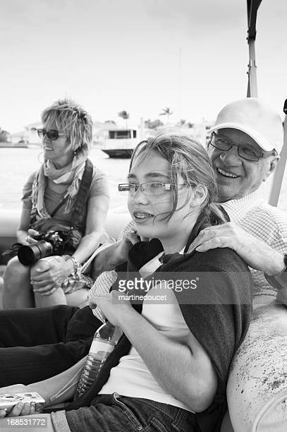 """granddaughter y abuelos navegación en pequeñas embarcaciones. - """"martine doucet"""" or martinedoucet fotografías e imágenes de stock"""