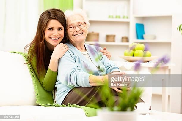 Neta agarrar a sua avó