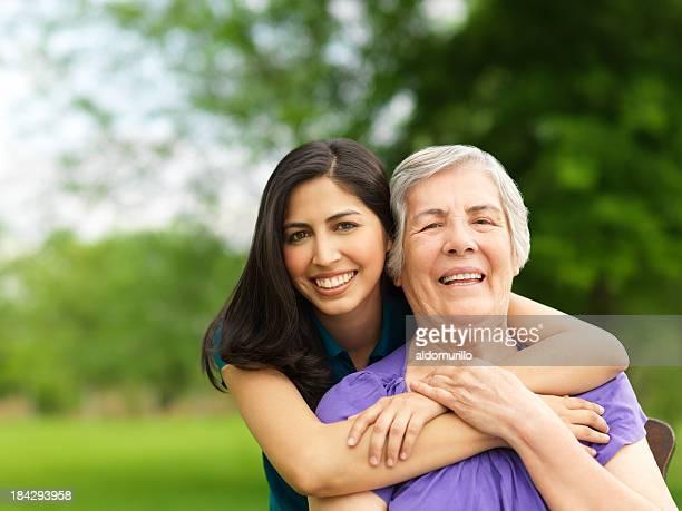Umarmen Ihre Großmutter Enkelin