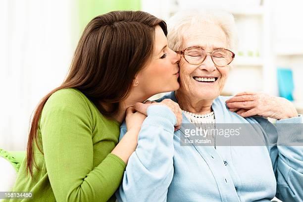 Küssen Ihrer Großmutter Enkelin