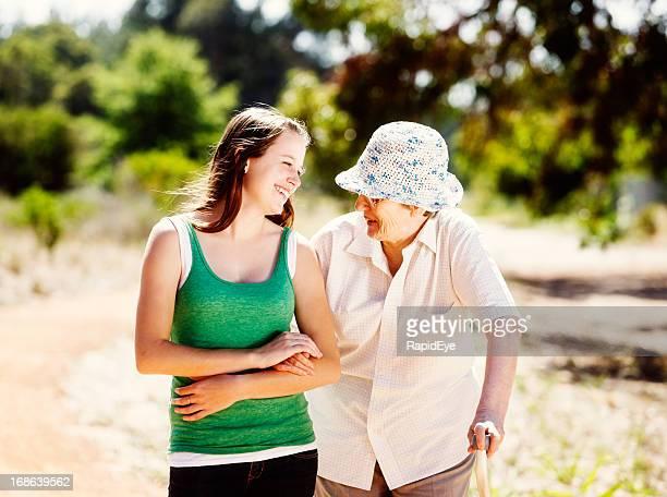 Enkelin smilingly können zwischen Großmutter auf den Wald