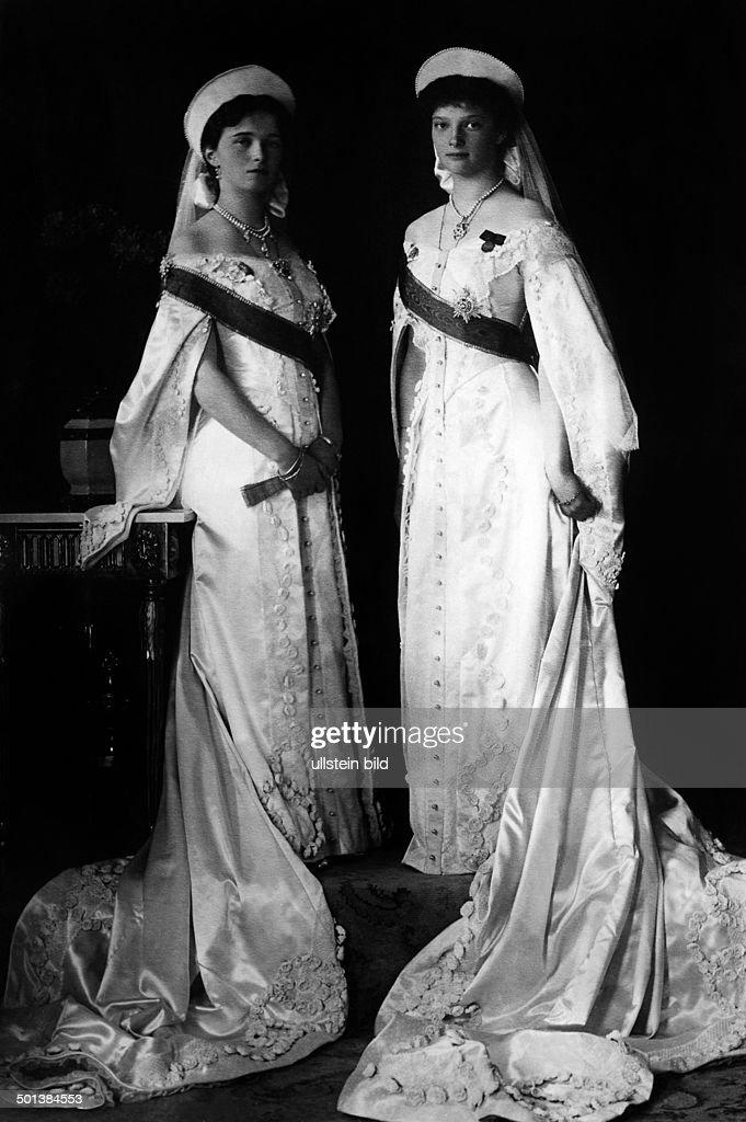 Grandduchess Olga Nikolaevna Romanova (l) *15.11.1895-17.07.1918+ and Grandduchess Tatiana Nikolaevna Romanova (r) *10.06.1897-17.07.1918) Daughters of Tsar Nicholas II of Russia and his wife Alexandra Feodorovna - in the 1910s Vintage property of ul : News Photo