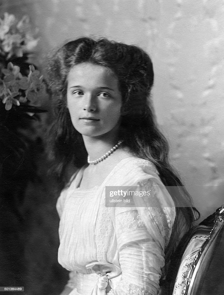 Grandduchess Olga Nikolaevna Romanova (l) *15.11.1895-17.07.1918+ Eldest daughter of Tsar Nicholas II of Russia and his wife Alexandra Portrait - in the 1910s  : News Photo