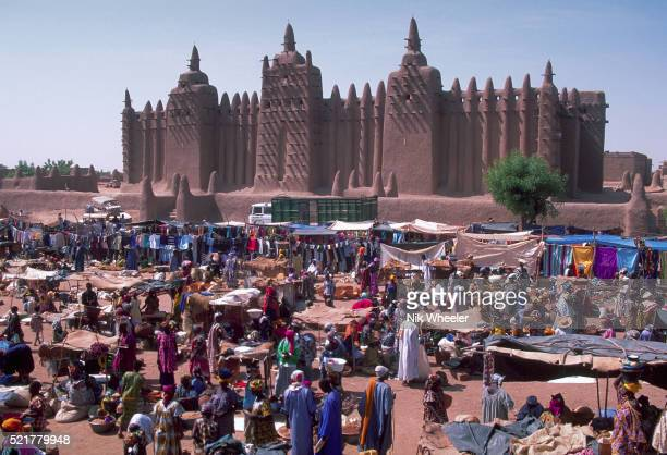 grande mosquee and market in djenne - djenne grand mosque stock pictures, royalty-free photos & images