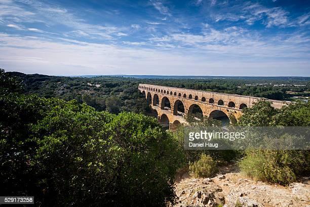 grandeur at le pont du gard - pont du gard stockfoto's en -beelden