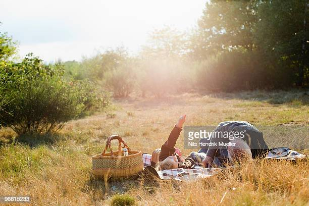 grandfather and granddaughter at picnic - picknick stock-fotos und bilder