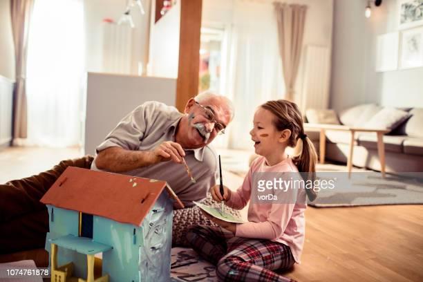 großvater und enkelin - freizeitaktivität stock-fotos und bilder