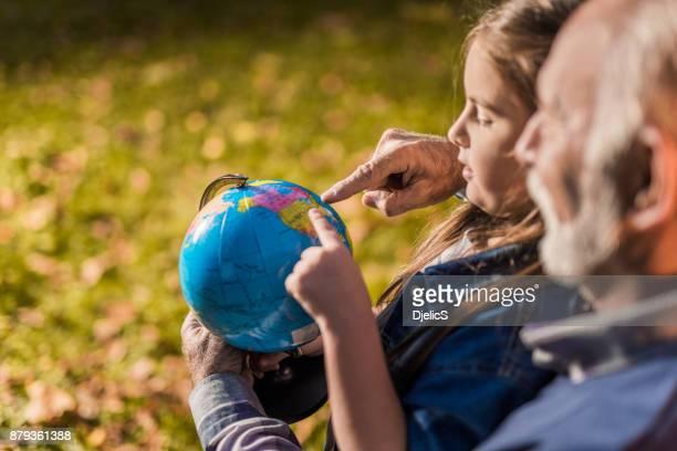 avô e neta, planejando sua viagem juntos - world kindness day - fotografias e filmes do acervo