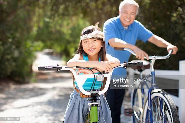 祖父と孫娘とともに屋外でのサイクリングマシン