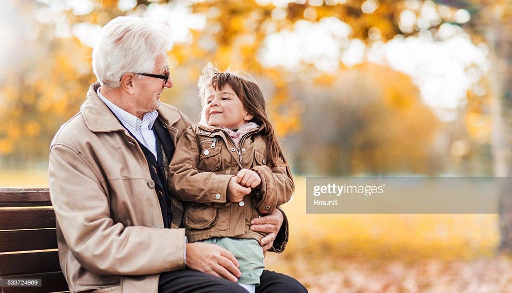 Nonno e Nipote femmina parlando all'aperto. : Foto stock