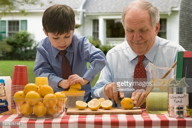 Großvater und Enkel Schneiden Zitronen für Limonade