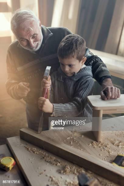 Großvater und Enkel tun, Zimmerei
