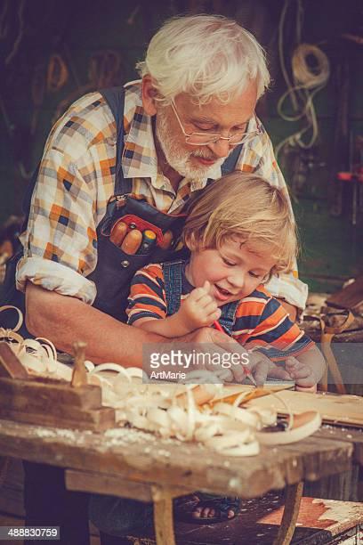 Großvater und Enkel in Workshops