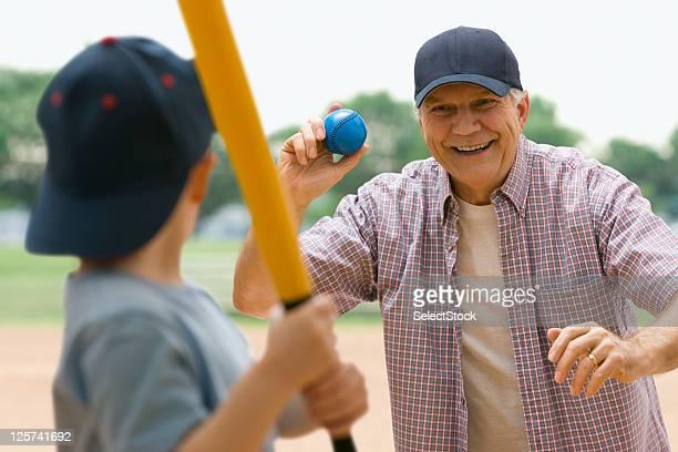 Grand-père et son petit-fils jouer au baseball