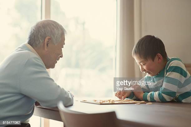おじいちゃんと孫と遊ぶ日本の チェス