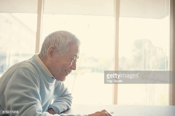 おじいちゃんと孫と遊ぶ日本の チェス - 祖父 ストックフォトと画像
