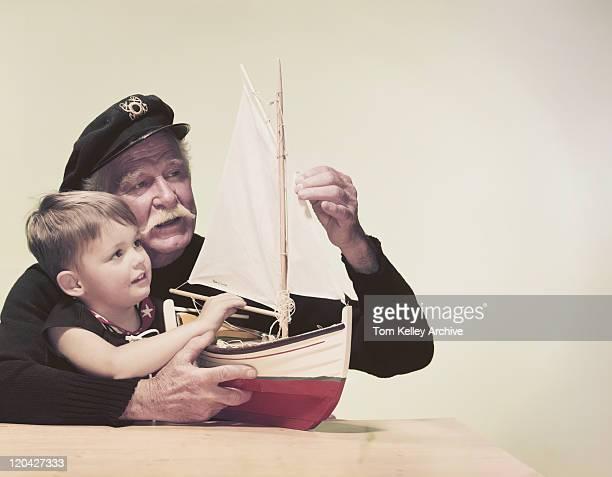 Großvater und Enkel mit model Schiff