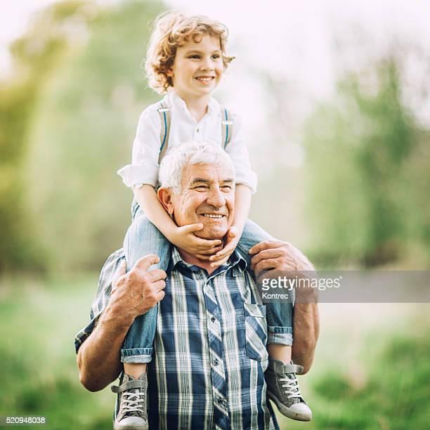 おじいちゃんと孫屋外歩行
