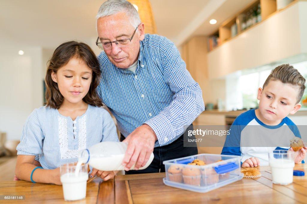 Farfar kom barnbarn hembakade kakor : Bildbanksbilder