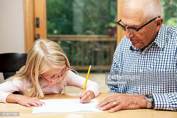 Großvater Enkelin mit Hausaufgaben helfen