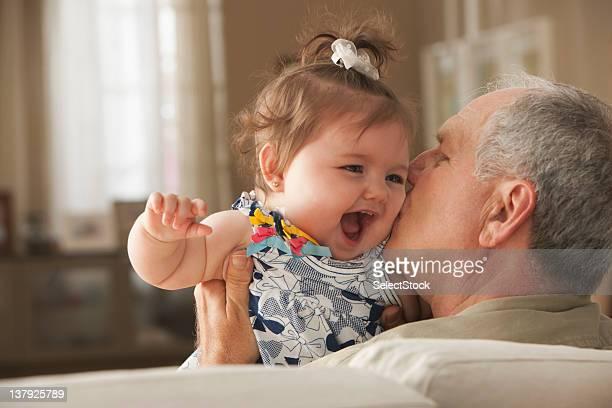 Abuelo besar bebé granddaughter